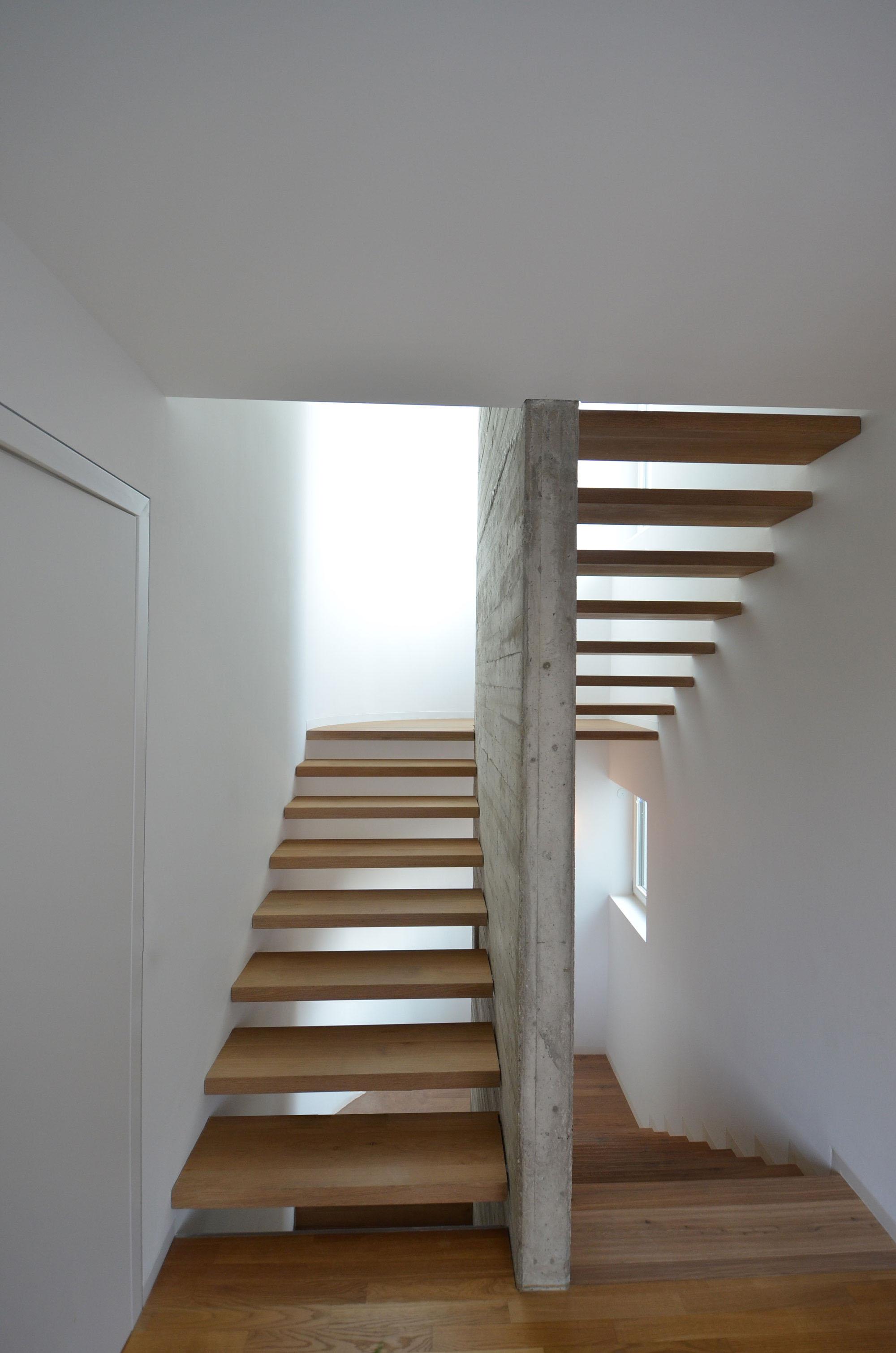eingestemmte holzstufen mit sichtbeton | treppenbau diehl in frankfurt, Moderne