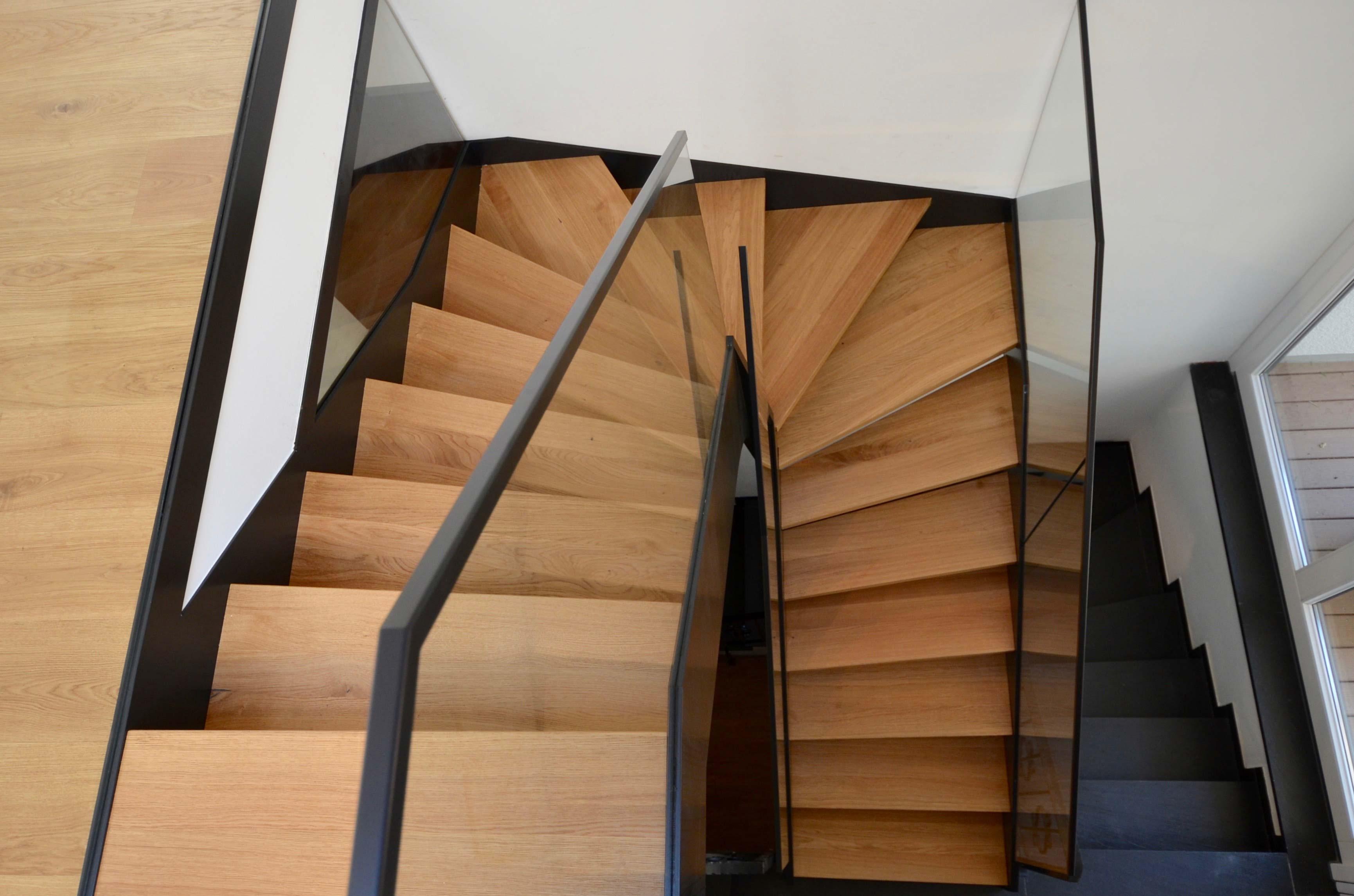 geradlinige stahlwangentreppe mit raffinierter wendlung treppenbau diehl. Black Bedroom Furniture Sets. Home Design Ideas